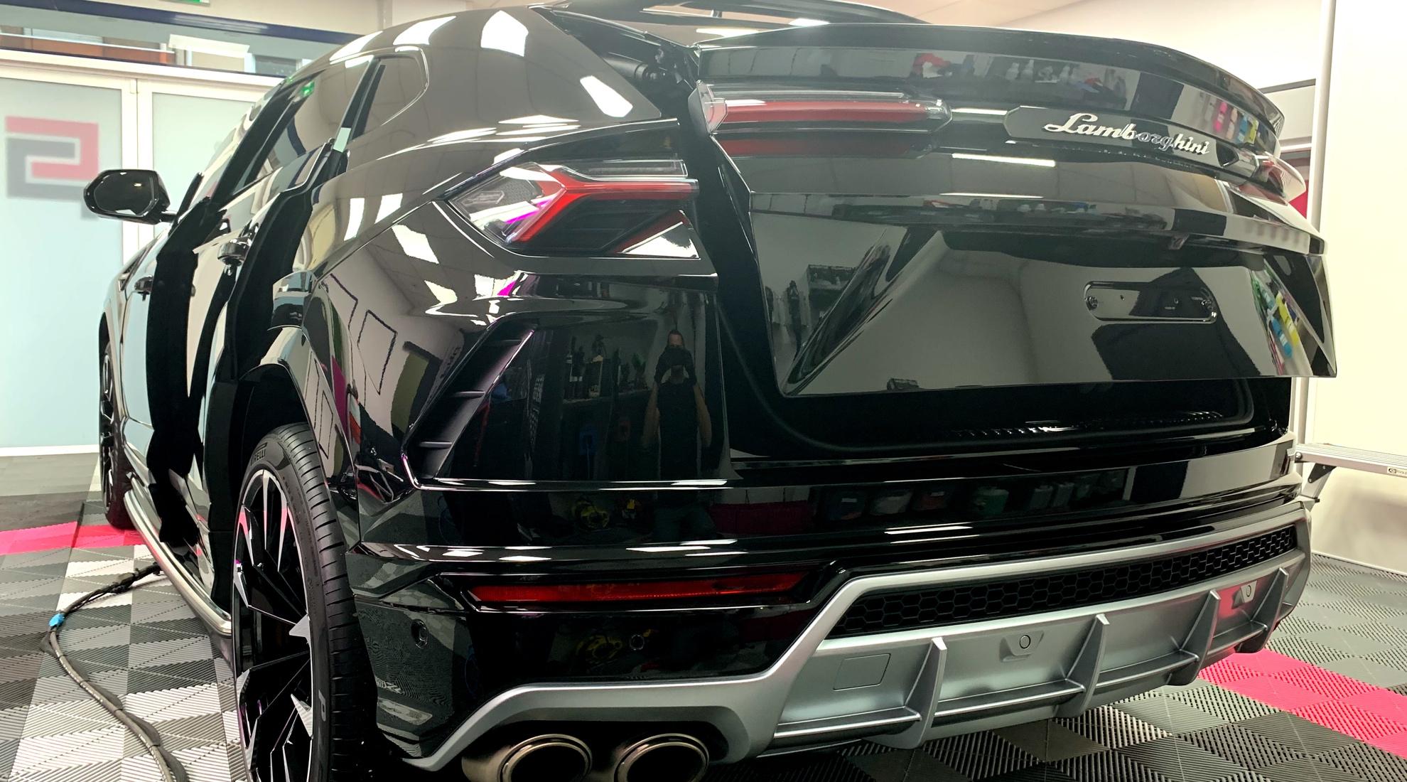 Vu arrière sur Lamborghini Urus après traitement céramique